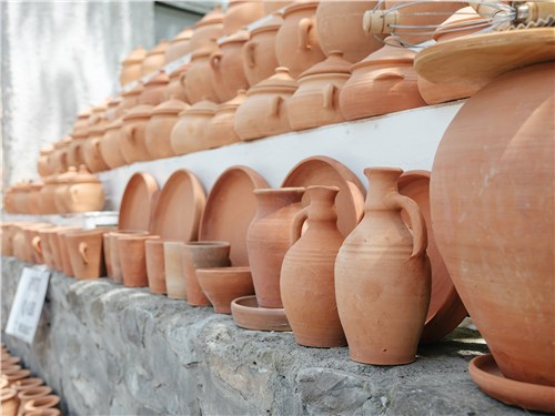 На местных базарах можно купить что угодно: от глиняных кувшинов...