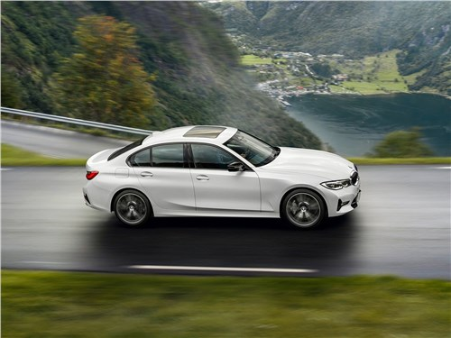 Птица-тройка по-немецки: драйверский BMW 3 Series, комфортабельный Mercedes-Benz C-Class или рассудительный Audi A4? 3 series - BMW 3-Series 2019 вид сбоку сверху