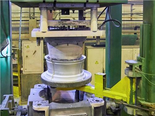 Литейная машина GIMA произвела очередную заготовку колесного диска, которая теперь отправится на предварительный контроль