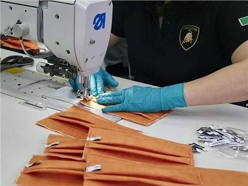 Завод Lamborghini начал выпускать медицинские маски