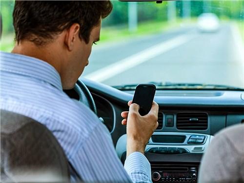 ГИБДД рассказала о влиянии смартфона на реакцию за рулем
