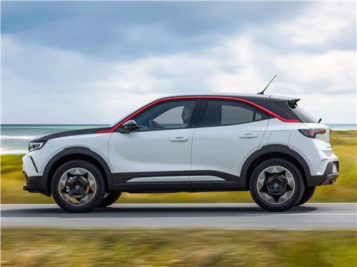 Opel Mokka (2021) вид сбоку