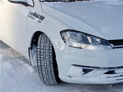 Протектор «арктической» Yokohama iceGUARD IG60 уверенно работает в рыхлом снегу и на скользкой дороге, но несколько мягок для твердого сухого асфальта