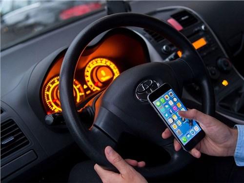 ГИБДД объяснила, как будет наказывать водителей за телефон