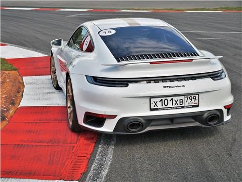 Porsche 911 Turbo S на вираже трассы Moscow Raceway