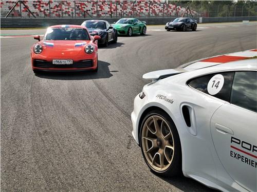 Автомобили Porsche на трассе Moscow Raceway