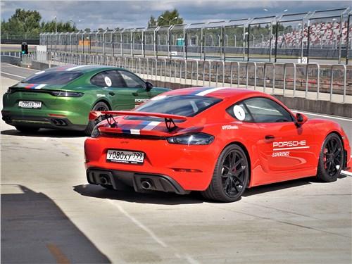 Porsche Panamera GTS (сзади) и Cayman GT4