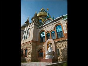 Храм всех религий расположен в поселке Старое Аракчино недалеко от Казани