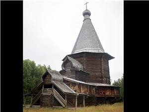"""Эта деревянная церквушка – один из самых примечательных экспонатов комплекса """"Малые Карелы"""""""
