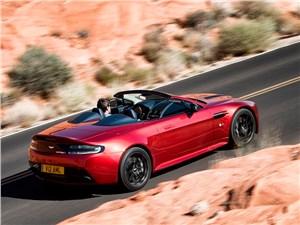 Aston Martin V12 Vantage S 2015 вид сзади сбоку