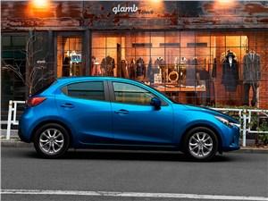Европейский выбор. Часть II (Honda Jazz, Mazda 2, Mitsubishi Colt, Peugeot 207, Renault Clio, Suzuki Swift, Toyota Yaris) 2 - Mazda 2 2015 вид сбоку