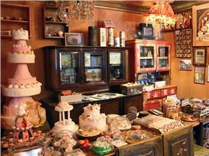 Один из залов стилизован под старую кондитерскую лавку: товары и ценники тут начала XX века