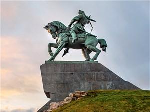 С высоты постамента на Уфу взирает национальный герой Салават Юлаев