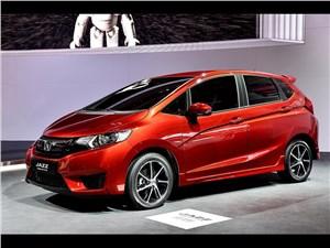 Высокая крыша (Honda Jazz, Mercedes-Benz A-Klasse, Peugeot 1007, Mitsubishi Colt, Renault Modus) Jazz - Honda Jazz 2015 вид сбоку спереди