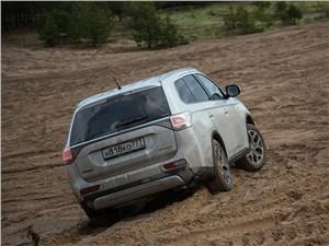Mitsubishi Outlander 2014 вид сзади