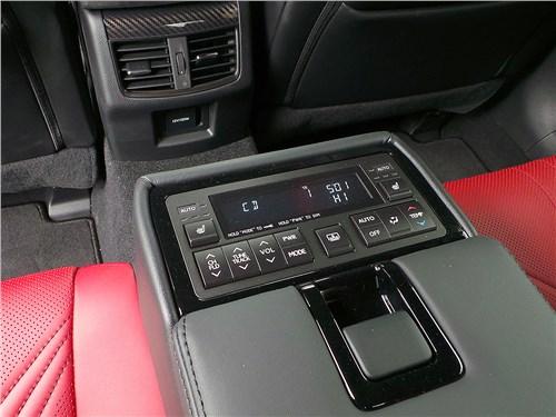 Lexus GS F 2016 подлокотник с пультом управления