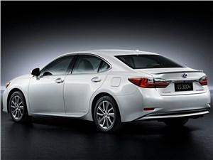 Lexus ES 2016 вид сзади