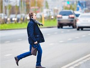 Россиянам могут запретить переходить дорогу в наушниках