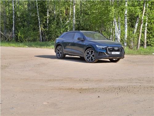 Audi Q8 2019 на грунтовой площадке
