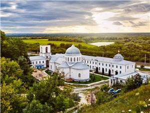 С высоты плато любуемся на Дивногорский Успенский монастырь
