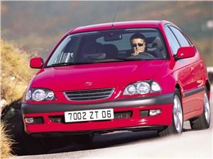 Toyota Avensis 2003 вид спереди