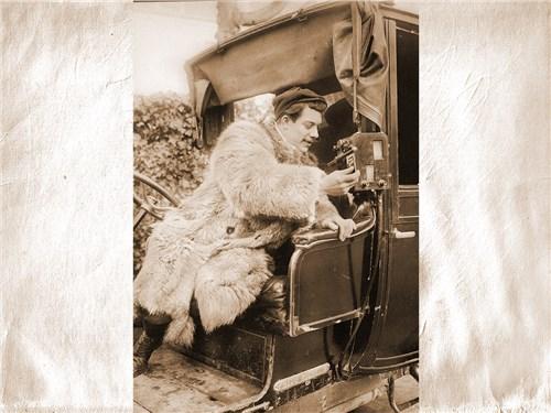 Лихой парижский таксист начала прошлого столетия в ожидании очередного клиента