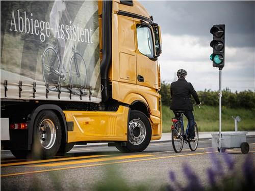 Система Sideguard Assist сканирует боковые зоны и защищает от наезда на велосипедистов