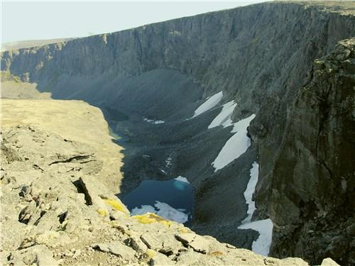 На высоте всего около километра в отрогах Хибин лежит нетающий снег