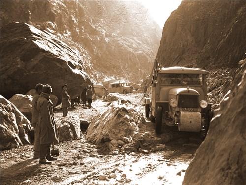 Самый сложный этап экспедиции – горы, где автомобили передвигались с большим трудом