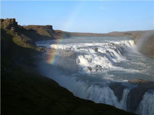 Gullfoss переводится как «Золотой водопад». Никто не знает, почему он получил такое название, но одно известно наверняка – он потрясающе красив