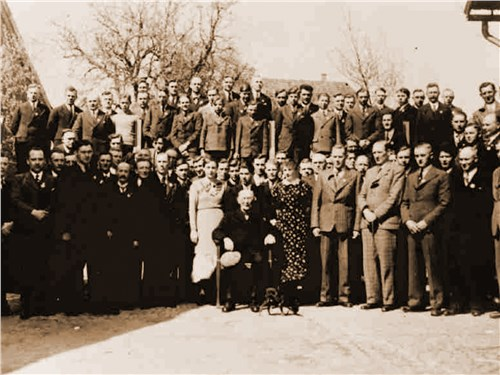 Основатель компании на праздновании своего 80-летия с работниками предприятия, 1936 год