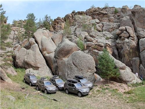 Живописные скалы с пещерой неподалеку от деревни Надеино