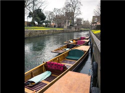 Из лодки можно осмотреть и город, и его окрестности