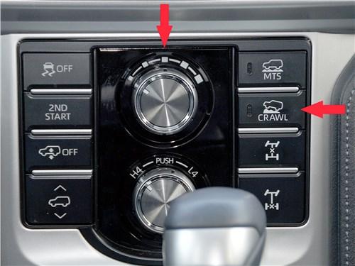 Кнопкой справа активируем режим Crawl Control, затем при помощи верхнего регулятора выбираем нужную скорость