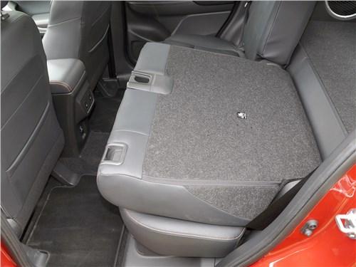 В Mitsubishi Eclipse Cross части заднего дивана складываются «нелогично»: двухместная часть оказывается за водителем. В плане грузоперевозки лучше бы наоборот
