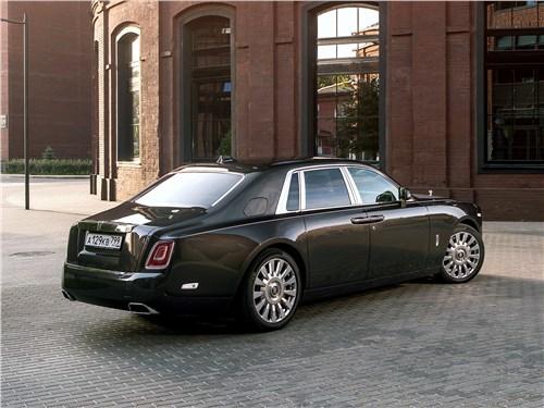 Rolls-Royce Phantom 2018 вид сзади