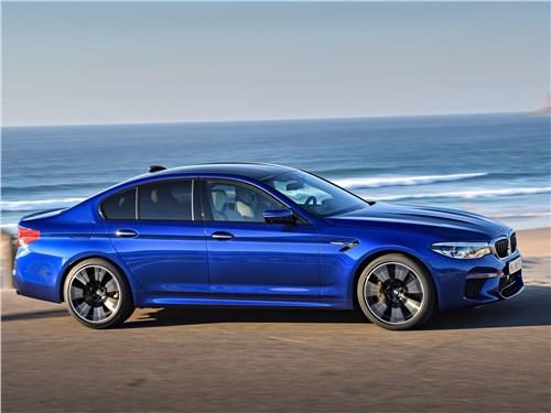 BMW M5 2018 вид сбоку