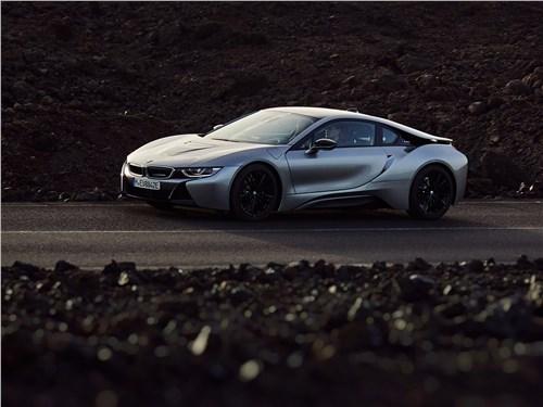 BMW i8 - BMW i8 Coupe 2019 вид сбоку