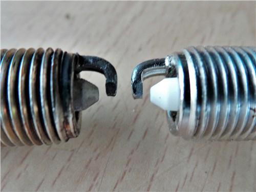 Свеча слева вышла из строя, хотя ее электроды вроде бы как новые