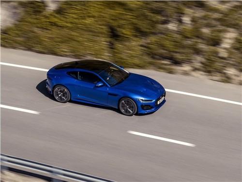 Спортивное поведение: Volkswagen Golf VII GTI, Porsche Cayman, Jaguar F-Type, Audi RS 6 Avant, BMW M6 Gran Coupe F-Type - Jaguar F-Type 2021 вид сбоку сверху