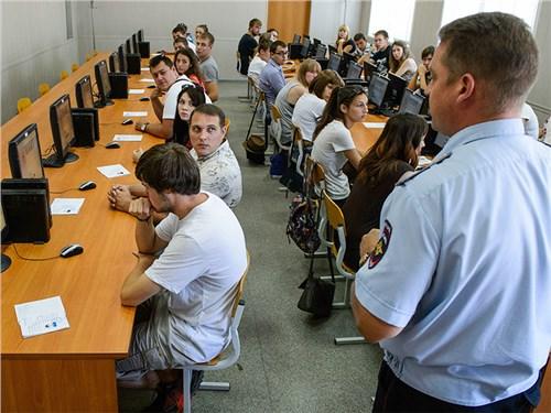Реформу экзамена на права с отказом от «площадки» отложили