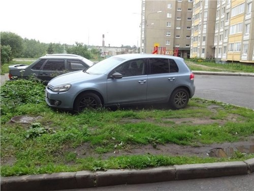 В России хотят ввести штраф за парковку на газоне