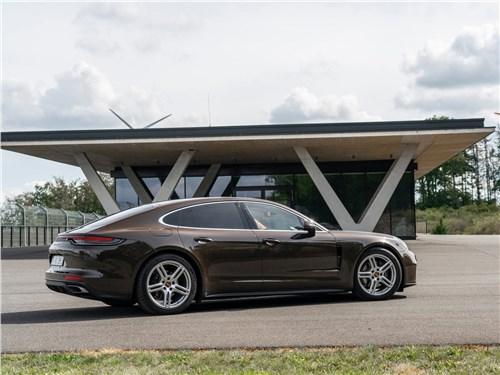 Porsche Panamera (2021) вид сбоку