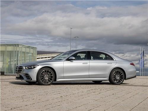 От большого к большему: Volvo S60, BMW 5, Mercedes S-класс, Audi A8, Porsche Panamera S-Class - Mercedes-Benz S-Class (2021) вид сбоку