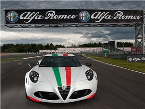 Alfa Romeo 4C 2013 вид спереди фото 2