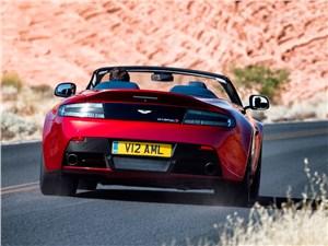 Aston Martin V12 Vantage S 2015 вид сзади