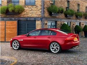 Jaguar XE 2015 вид сбоку сзади
