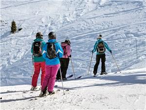 С гор сначалa спускаются на лыжах, а потом – на автомобиле