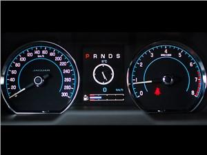 Jaguar XF 2011 приборная панель
