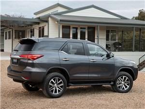Toyota Fortuner 2016 вид сзади сбоку